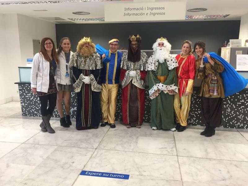 Los Reyes Magos reparten ilusión y juguetes a niños del Hospital de Manises, EPDA