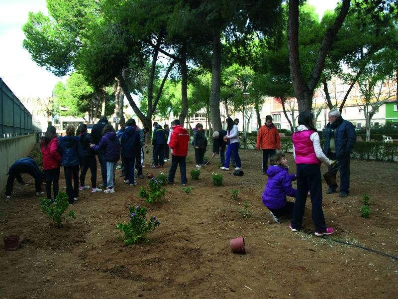 Escolares de la localidad plantando árboles en la campaña del pasado año 2015