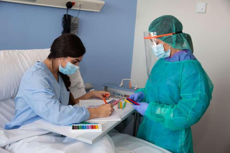 Enfermera de Ribera Salud atendiendo a una paciente