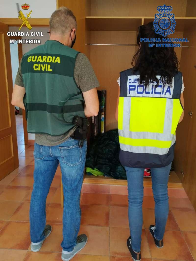 Guardia Civil y Policía Local de Chiva. /PDA