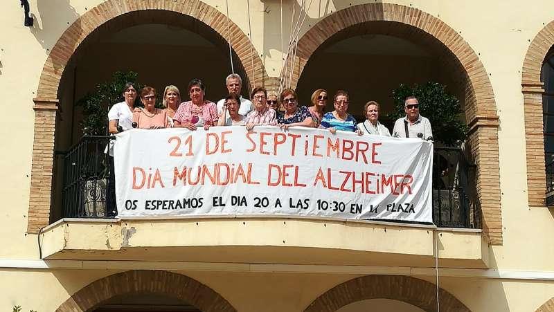 Pancarta colocada en el balcón del Ayuntamiento en un acto en el que ha colaborado el centro de día Moncalet. /EPDA