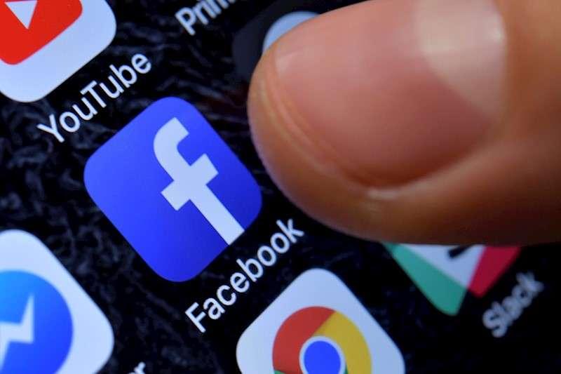 Vista de la aplicación de Facebook en un teléfono móvil. EFE/Archivo
