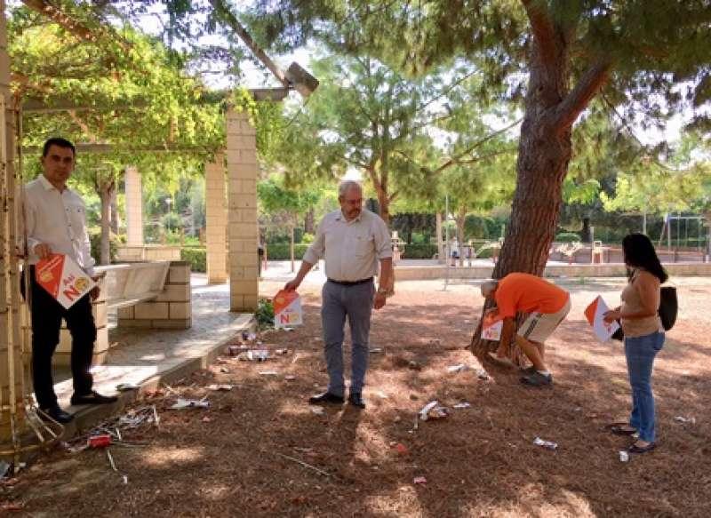 Los miembros de Ciudadanos en un parque de Burjassot. EPDA
