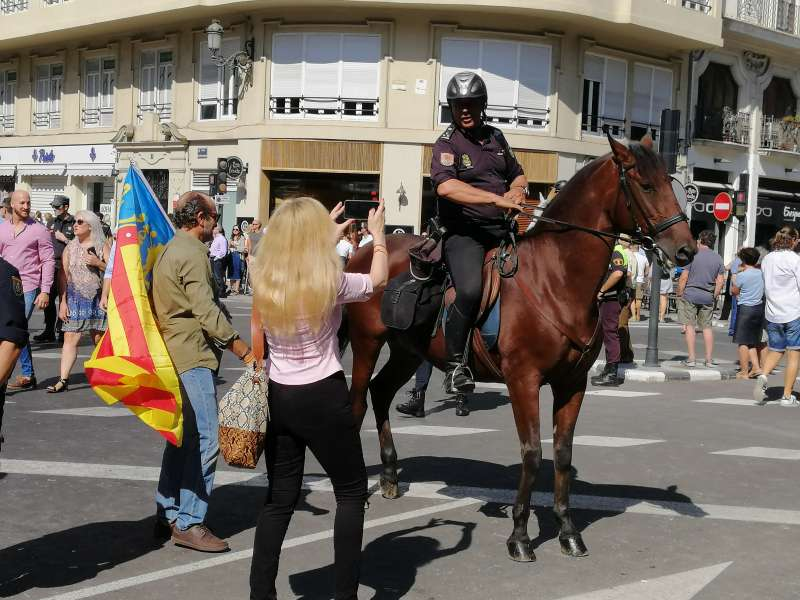 Polícia a caballo posando. VC.