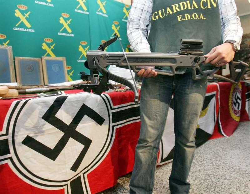 Material con simbología nazi y armas de fuego incautadas en una operación policial. EFE/Archivo