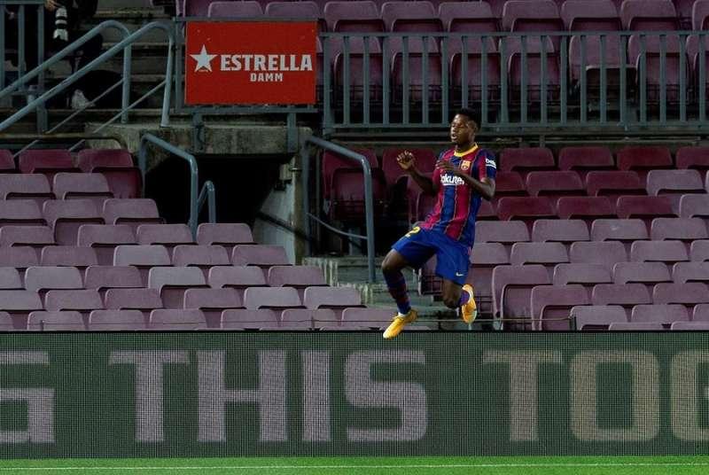 El delantero del FC Barelona Ansu Fati celebra su segundo gol ante el Villarreal durante el partido correspondiente a la tercera jornada de Liga que disputaron en el estadio Camp Nou de Barcelona. EFE/ Enric Fontcuberta