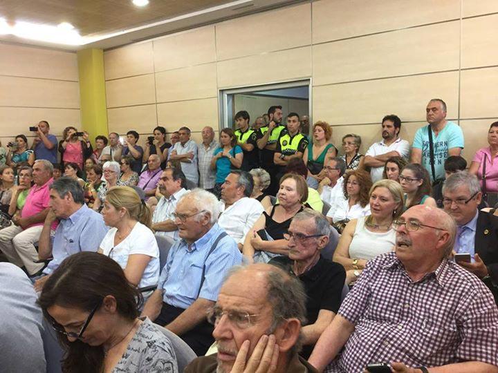 El público llenó el salón de plenos, que se quedó pequeño. FOTO P. V.