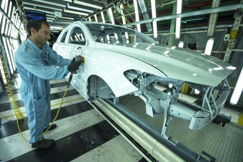 Un trabajador de la planta de pintura de Ford en Almussafes (Valencia), revisa una carrocer�a. EFE