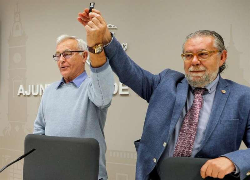 l alcalde de València, Joan Ribó (izqda), junto al concejal de Hacienda, Ramón Vilar, muestra el lápiz de memoria que contiene los presupuestos municipales para 2020, al comienzo de la rueda de prensa en la que ha presentado las cuentas municipales para el próximo año. -  EFE