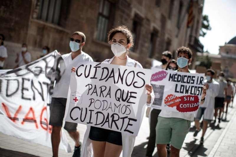Médicos Interno Residentes (MIR) durante una jornada de protestas en la ciudad de València. EFE