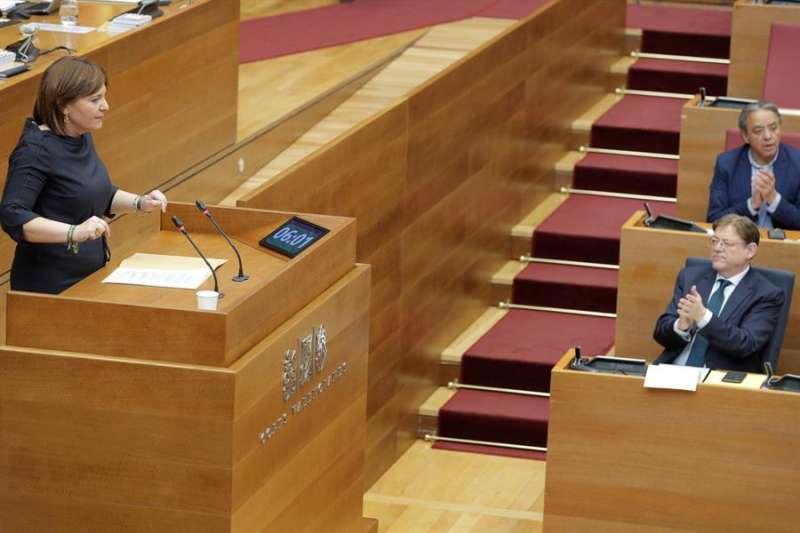 El president de la Generalitat, Ximo Puig (d), aplaude la intervención de la portavoz del grupo popular, Isabel Bonig, durante el pleno de Les Corts Valencianes. EFE/Kai Försterling