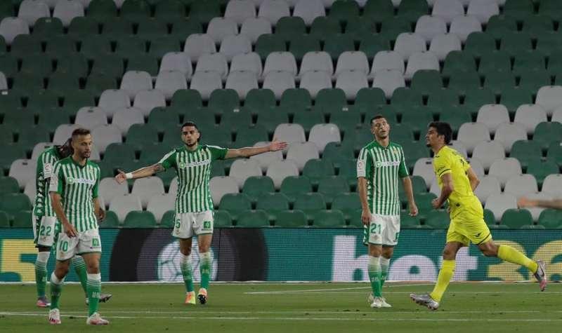 El delantero del Villarreal, Gerard Moreno (d), celebra ante los jugadores del Betis el segundo gol del equipo castellonense. EFE
