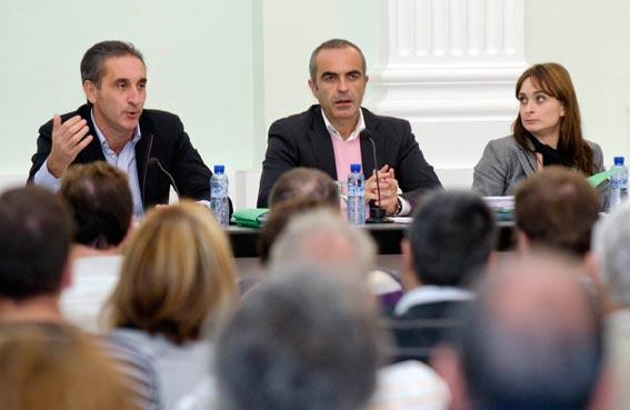 Vicente Parra, izquierda, explicando las últimas novedades. FOTO EPDA