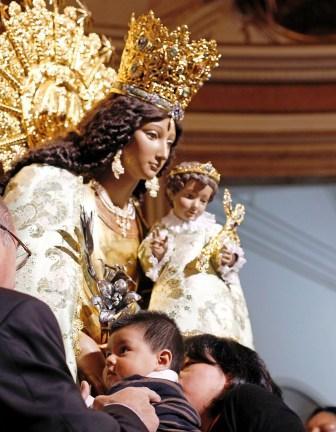 Besamanos de la Virgen de los Desamparados de Valencia. Foto A. SAIZ/AVAN