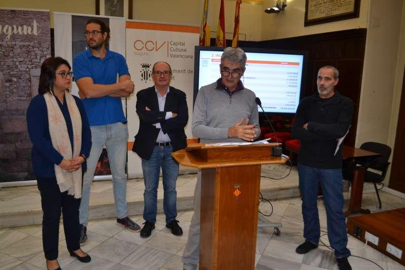 El concejal de Hacienda con el resto de ediles de los distintos partidos del equipo de gobierno en la presentación de los presupuestos. EPDA
