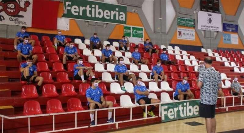 Los jugadores del Fertiberia Puerto de Sagunto en las gradas del Ovni. / Foto cedida por el club Fertiberia.