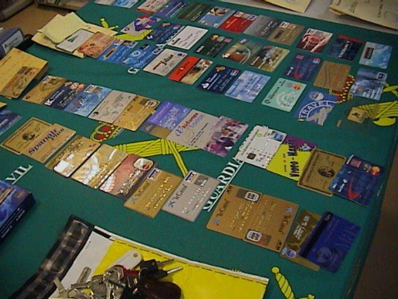 En la imagen, algunas de las tarjetas de crédito intervenidas en una operación contra la estafa. EFE/Archivo