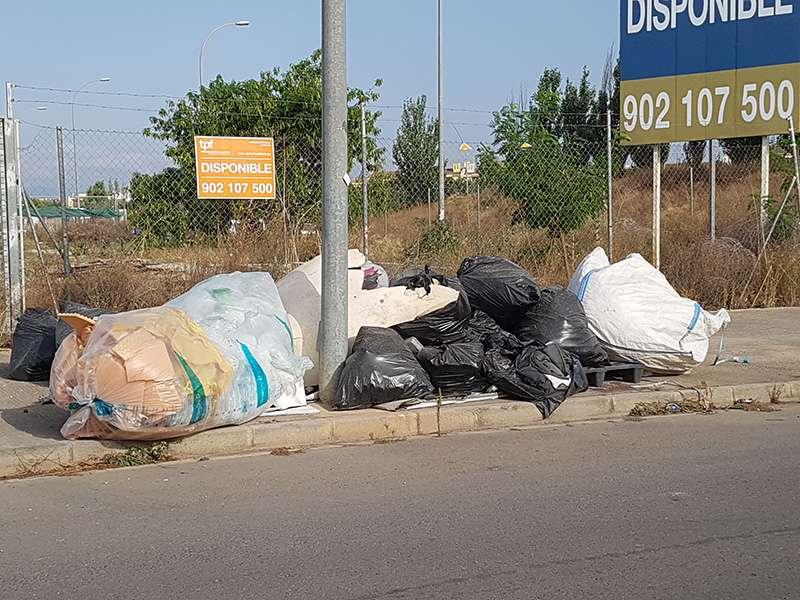 La basura se acumula en las aceras. EPDA.