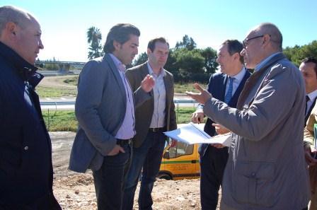 El director general de Obras Públicas, proyectos Urbanos y Vivienda, Vicente Dómine, ha visitado hoy las obras de la pasarela. FOTO: EPDA.