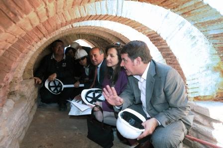 La directora general de Patrimonio Cultural, Marta Alonso, asiste a la inauguración de los baños arabes de Llíria junto a Manuel Izquierdo, alcalde del municipio. Foto EPDA