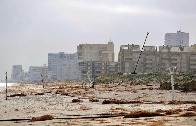 Vista de la playa de El Perellonet, afectada por el temporal causado por la borrasca Gloria. EFE