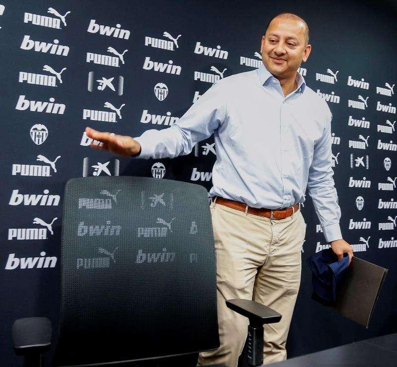 El presidente del Valencia, Anil Murthy, en la sala de prensa de la ciudad deportiva de Paterna. EFE/Archivo