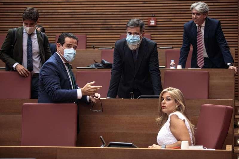 El diputado Juan Carlos Caballero (i), junto con otros parlamentarios del grupo popular en Les Corts. EFE/Biel Aliño/Archivo