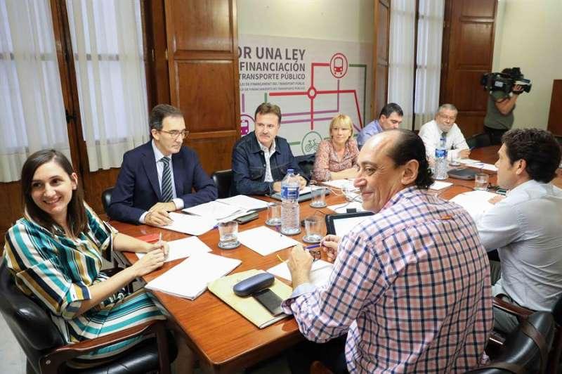 El concejal de Movilidad Sostenible y presidente del consejo de administración de la Empresa Municipal de Transportes (EMT) de València, Giuseppe Grezzi (c), junto a otros miembros de la comisión de investigación de la EMT, durante una de las reuniones mantenidas sobre el fraude de 4 millones de euros denunciado en la empresa. EFE/Ana Escobar