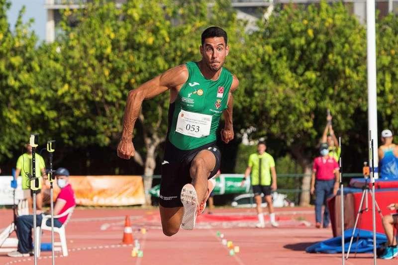 El saltador Pablo Torrijos compite en la prueba de triple salto al aire libre durante la primera edición de la Reunión Nacional