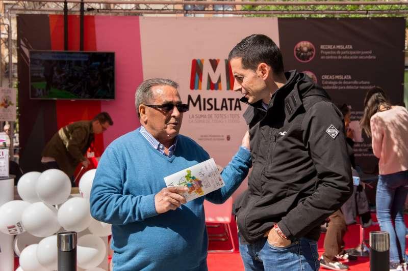 El alcalde de Mislata, Bielsa, con uno de los vecinos explicándole el proyecto