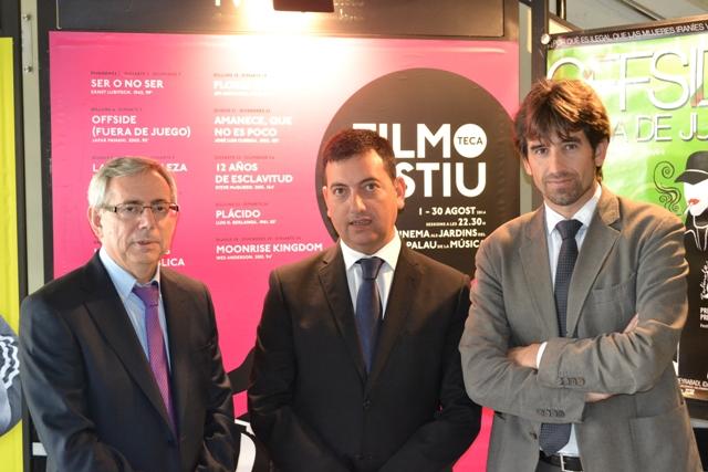 José Luis Moreno, acompañado por el vicerrector de Cultura e Igualdad de la Universitat de València, Antonio Ariño y el director general de Gas Natural Cegas en la CV, Roberto Cámara. FOTO: GVA