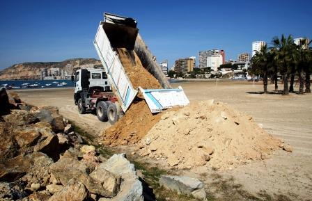 Infraestructuras extrae arena de las obras de la variante con doble vía en el tramo de Finca Adoc y la reutiliza para regenerar la playa de la Almadraba. Foto EPDA