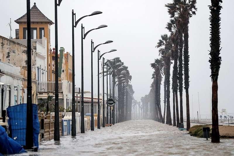 Imagen de la playa de la Patacona completemente inundada por la borrasca Gloria, en una imagen de este martes. EFE