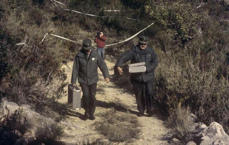 Imagen de archivo de enero de 1993 en la que miembros de la Guardia Civil recogen los restos encontrados junto a la fosa excavada en un paraje montañoso del término municipal de Tous. EFE