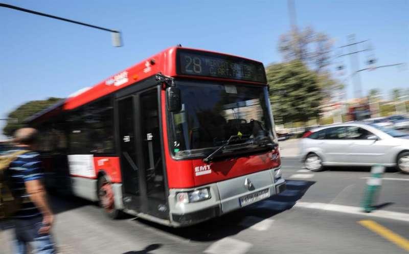Un autobús de la Empresa Municipal de Transportes (EMT) de València. EFE/Ana Escobar/Archivo
