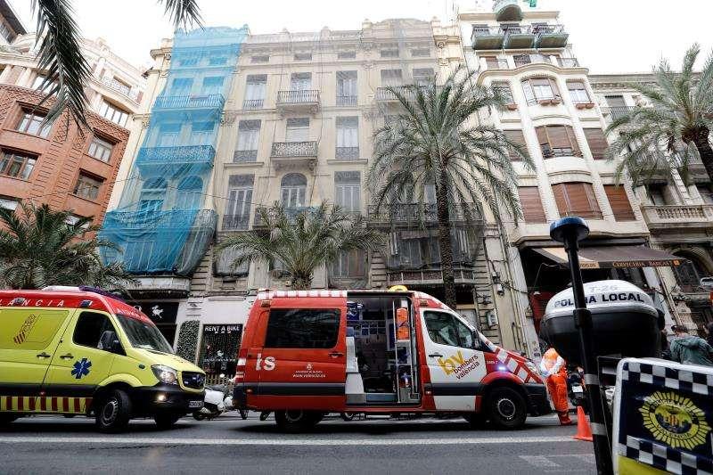 Fachada del edificio donde se ha producido el derrumbe de parte de un tercer piso sobre la segunda en València. EFE