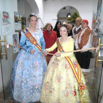 La fallera mayor Paula Hernández y la infantil Alba Ramón inaugurando la exposición. FOTO: EPDA.