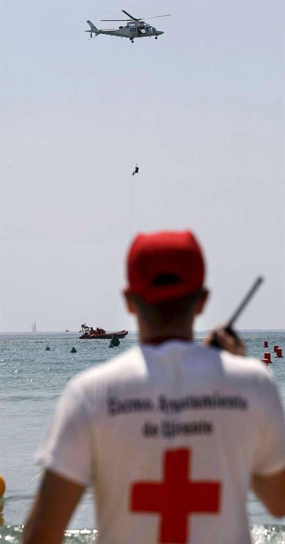 Un voluntario de la Cruz Roja, en una playa de Alicante. EFE/Manuel Lorenzo/Archivo