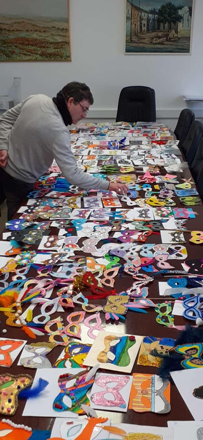 Se han presentado más de 300 máscaras pintadas y decoradas. / EPDA