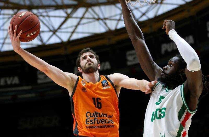 El base del Valencia Basket Guillén Vives (i) encesta ante Maurice Ndour, del Unics Kazan. EFE