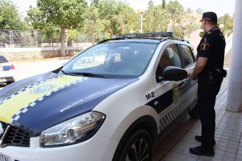 Un agente con el coche policial. EPDA