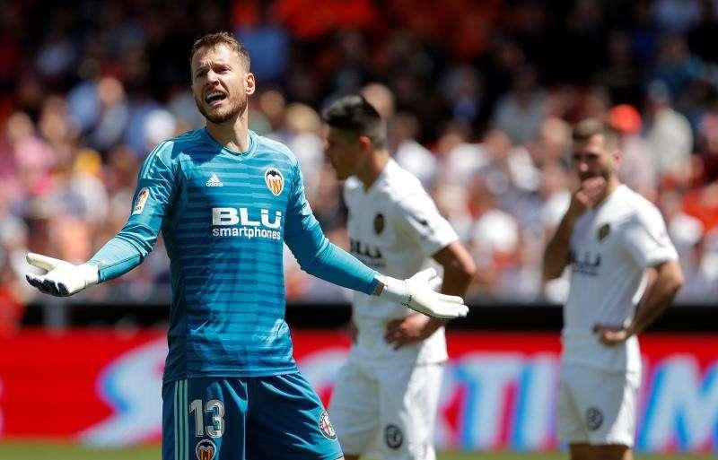 El guardameta brasileño del Valencia, Neto, reacciona durante el partido de Liga que les enfrenta esta mañana al Eibar en el estadio de Mestalla. EFE