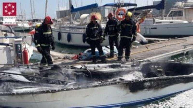 La embarcación incendiada en una imagen facilitada por el Consorcio de Bomberos de Castellón. EFE/Consorcio Bomberos Castellón