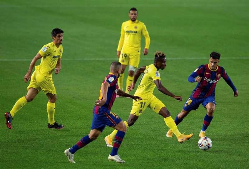 El centrocampista del Villarreal Samuel Chukwueze (c) con el balón ante los jugadore del Barcelona, Jordi ALba y el brasileño Philippe Coutinho (d) durante el partido correspondiente a la tercera jornada de Liga que disputaron en el estadio Camp Nou de Barcelona. EFE/ Enric Fontcuberta