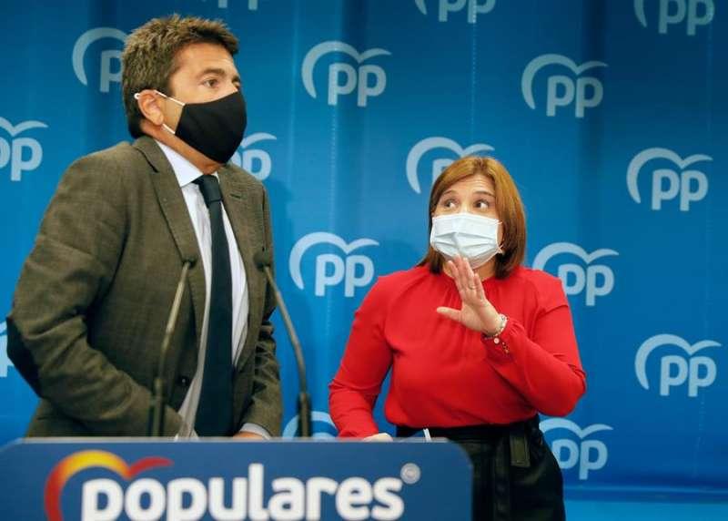 La presidenta del Partido Popular de la Comunitat Valenciana, Isabel Bonig, con el presidente del PP de la provincia de Alicante, Carlos Mazón.EFE/ Juan Carlos Cárdenas