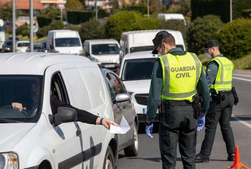 Control de la Guardia Civil de la gente que circula en pleno estado de alarma. EFE/Raquel Manzanares