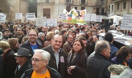 Joan Calabuig y Anaïs Menguzzato en la manifestación contra los recotres en Cermi. FOTO SOCIALISTESVALENCIANS.ORG