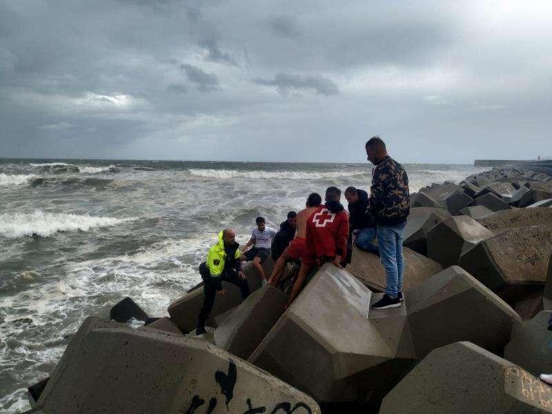 Imagen de la Policía Local del rescate de un hombre en la playa de la Malvarrosa. EFE