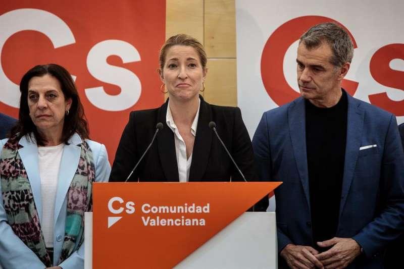 María Muñoz (c), junto al líder de Ciudadanos en Valencia, Toni Cantó (d), tras el resultado de la elecciones generales. EFE/Biel Aliño
