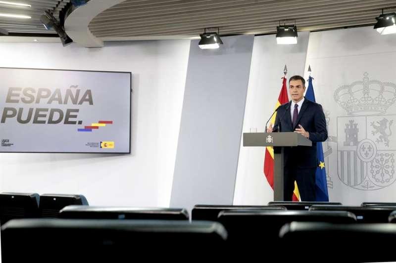 El presidente del Gobierno, Pedro S�nchez, da una rueda de prensa en el Palacio de La Moncloa, en Madrid, este viernes. EFE/Pool Moncoa/Jos� Mar�a Cuadrado